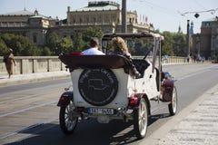 Podróżnika use usługa białej klasycznej retro samochodowej wycieczki turysycznej wokoło miasta ludzie Obraz Stock