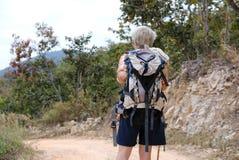 podróżnika wycieczkowicza mężczyzna wycieczkuje na górze z plecakiem turysty bac Fotografia Stock