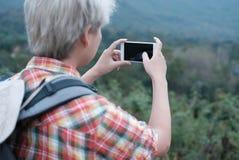 Podróżnika wycieczkowicza mężczyzna wycieczkuje w lasowym turystycznym backp z plecakiem Obrazy Stock