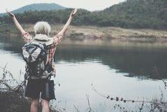 Podróżnika wycieczkowicza mężczyzna z plecak podwyżką wręcza blisko jeziora Turysta Fotografia Royalty Free