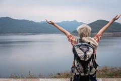 Podróżnika wycieczkowicza mężczyzna z plecak podwyżką wręcza blisko jeziora Turysta Zdjęcie Royalty Free