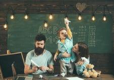 Podróżny pojęcie Rodzinny wodowanie papier hebluje w szkolnej klasie, podróżuje Podróżować samolotem Podróżować rozszerza fotografia stock