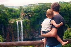 Podróżny rodzinny cieszy się widok przy siklawą Zdjęcia Royalty Free