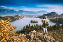 Podróżny rodzinny patrzeć na Krwawić jeziorze, Slovenia, Europa Zdjęcie Stock