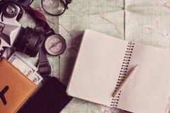Podróżomanii i przygody pojęcie, cyrklowy kamer szkieł passpor Zdjęcia Stock