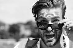 Podróżować i wakacji pojęcie Mężczyzna z brodą i otwartą zdziwioną twarzą jest ubranym okulary przeciwsłonecznych Obraz Stock