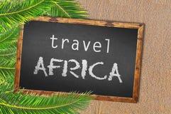 Podróżuje Afryka blackboard na piaskowatej plaży i drzewka palmowe Zdjęcie Royalty Free