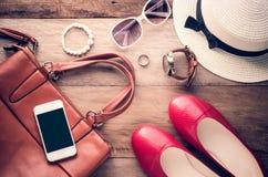 Podróżuje akcesoria kostiumy, mądrze telefon, akcesoria przygotowywający dla wycieczki Fotografia Stock