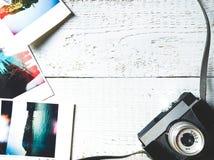 Podróżuje mockup z fotografiami i kamera odgórnego widoku mieszkanie kłaść na drewnianym białym tle zdjęcie stock