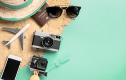 Podróżuje modę i akcesoria podróży odgórnego widok flatlay na błękitnym cyraneczka pastelu zdjęcie stock