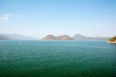Podróżuje naturalnie relaksujący Halną rzeczną wyspę w niebo plamie Zdjęcie Stock