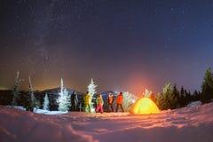 Podróżuje nocy zimy campingowego pojęcie z przyjaciółmi i namiotem Zdjęcia Royalty Free