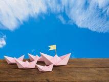 Podróżuje pojęcie i przywódctwo pojęcie, papier łodzi różowa grupa dalej Zdjęcie Stock