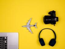 Podróżuje pojęcie wystawia laptop, samolot, kamerę i hełmofony, obrazy stock
