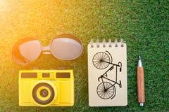 Podróżuje pojęcie z słońc szkieł notatnika kamerą i ostrze ołówkiem Obraz Stock