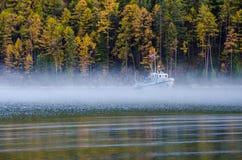 Podróżuje statek z odbiciem i mgłę na jeziornym Baikal przy rankiem Obrazy Stock