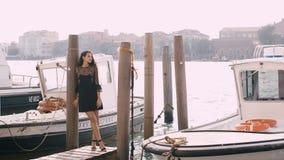 Podróżuje turystycznej kobiety na molu przeciw pięknemu widokowi na venetian chanal w Wenecja, Włochy zbiory