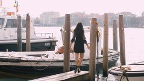 Podróżuje turystycznej kobiety na molu przeciw pięknemu widokowi na venetian chanal w Wenecja, Włochy zbiory wideo