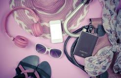 Podróżuje Ubraniowych akcesoriów odzież along na różowej podłoga Zdjęcia Stock