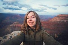 Podróżuje wycieczkujący selfie fotografię młody piękny nastolatka uczeń przy Uroczystego jaru punktem widzenia w Arizona Zdjęcia Royalty Free
