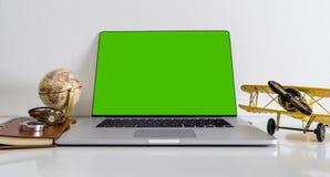 Podróży blogger strony internetowej laptopu egzaminu próbnego up pusty ekran fotografia royalty free