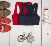 Podróży i sporta pojęcie - bicyklu model, buty, koszula, butelka obrazy stock