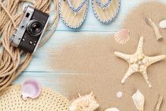 Podróży i wakacje rzeczy na drewnianym stole Zdjęcie Stock