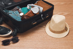 Podróży i wakacji pojęcie Otwarta podróżnika ` s torba z odzieżą obraz stock