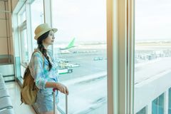 Podróży kobieta patrzeje okno w lotnisku zdjęcie royalty free