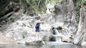 Podróży kobiety pięcia skały siklawa zbiory wideo