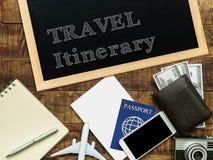 Podróży marszruta ręcznie pisany z biel kredą na blackboard dekoruje z samolotu modelem, paszport, pieniądze portfel, notatnik obrazy royalty free