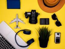 Podróży pojęcia reklamowi akcesoria na mieszkaniu nieatutowym fotografia royalty free