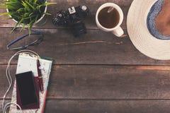 Podróży pojęcia tło - urlopowe rzeczy na stole Zdjęcie Royalty Free