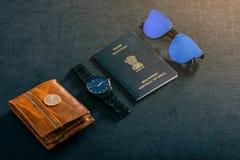 Podróży pojęcie, Indiański paszport z zegarkiem, portfel, słońca szkło i hindus moneta, zdjęcia stock