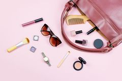 Podróży pojęcie - kobiety mody akcesoria, uzupełniali produkty, wristwatch, drewniana grępla, okulary przeciwsłoneczni Zdjęcie Royalty Free