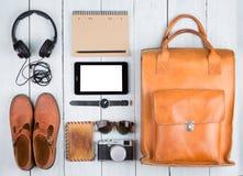 Podróży pojęcie - pastylka komputer osobisty, odziewa, hełmofony, kamera, buty, Zdjęcia Stock