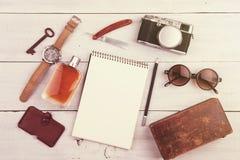 podróży pojęcie - set chłodno materiał z kamerą i inne rzeczy na drewnianym stole Obraz Royalty Free