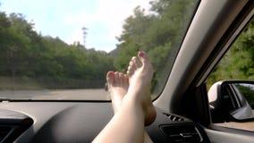 Podróży pojęcie z dogodnością - kobieta iść na piechotę na samochodowym panelu Okno i kobieta iść na piechotę z pedicure'em w gór zbiory