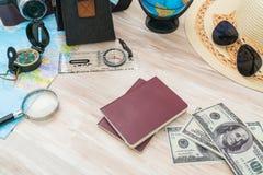 Podróży przygotowanie: kompas, pieniądze, paszport, drogowa mapa, kapelusz, słońce Obraz Stock