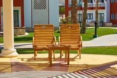 Podróży, turystyki i wakacji pojęcie, para czeka turystów słońc łóżka Obraz Stock