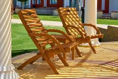 Podróży, turystyki i wakacji pojęcie, para słońc łóżek waitin Zdjęcia Royalty Free
