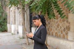 Podróż administrator radzi wycieczki turysyczne na smartphone w parku Obrazy Stock