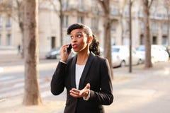Podróż administrator radzi wycieczki turysyczne na smartphone w parku Zdjęcia Royalty Free