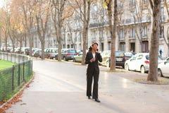 Podróż administrator radzi wycieczki turysyczne na smartphone w parku Zdjęcie Stock