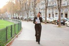 Podróż administrator radzi wycieczki turysyczne na smartphone w parku Zdjęcia Stock