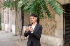 Podróż administrator radzi wycieczki turysyczne na smartphone w parku Fotografia Stock