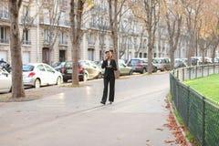 Podróż administrator radzi wycieczki turysyczne na smartphone w parku Fotografia Royalty Free