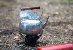 Podróż czajnik z lodem na primus ogieniu Fotografia Stock