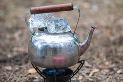 Podróż czajnik z lodem na primus ogieniu Zdjęcie Stock