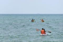Podróżnicy kajakuje na morzu Zdjęcie Stock